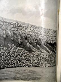 Cabezas de moros traidores o espías en un muro de Melilla.