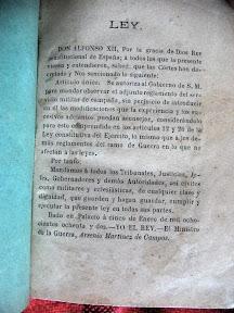 Proclamación de la ley por Alfonso XII, el ministro de la Guerra, Arsenio Martínez de Campos que con su pronunciamiento había logrado la restauración Borbónica.