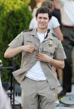adam-brody-unbutton-uniform-scream-4-03
