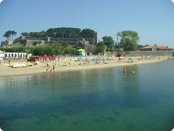 Praia da Ribeira com a Fortaleza de Monte Real ao fundo