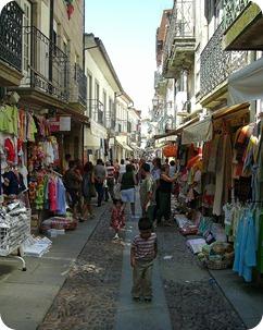 Movimento de compradores nas estreitas ruas do Centro Histórico