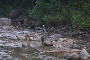 尾瀬 檜枝岐村七入オートキャンプ場 実川で岩魚を釣る