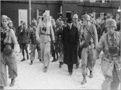 Bundesarchiv_Bild_101I-567-1503C-18,_Gran_Sasso,_Mussolini_vor_Hotel