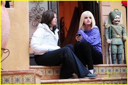 selena-gomez-blonde-wig-03