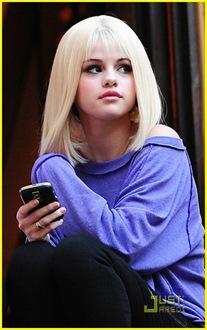 selena-gomez-blonde-wig-05