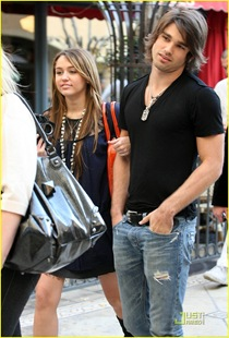miley-cyrus-justin-gaston-taking-pictures-12