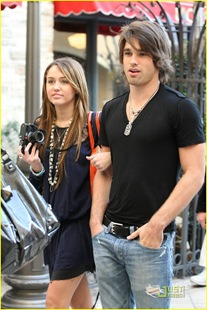 miley-cyrus-justin-gaston-taking-pictures-16