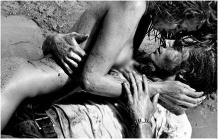Foto: Zac Efron posando junto a chica desnuda