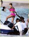 Rihanna en bikini rosa 6
