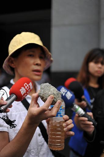 陳椒華手上拿著的是被污染的水及廢爐碴。