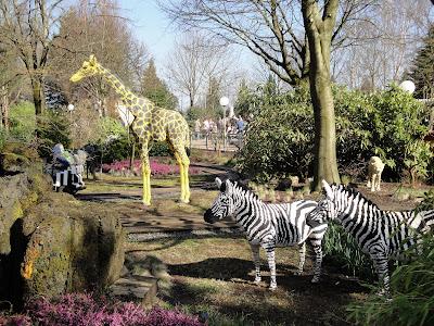 Jirafas y cebras en una atracción safari para los más peques