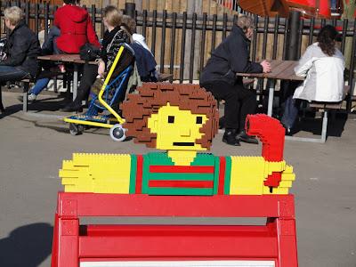 ¡Hasta los carteles con Lego!