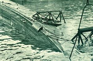 Se colocaron soportes a proa y popa para facilitar el trabajo de las dos barcazas estabilizadoras. Del libro COMISION DE LA ARMADA PARA SALVAMENTO DE BUQUES.jpg