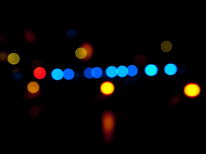 UNSCHARFE LICHTER DER AN DER OBERBAUMBRÜCKE ZWISCHEN KREUZBERG UND FRIEDRICHSHAIN WÄHREND DES FESTIVAL OF LIGHTS 2010