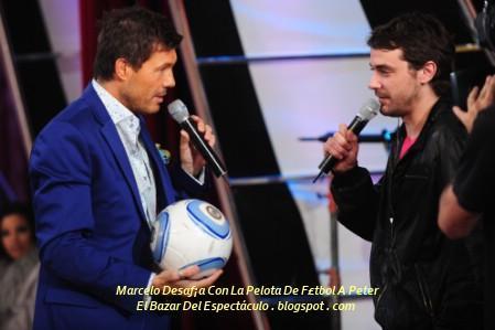 Marcelo Desaf¡a Con La Pelota De F£tbol A Peter.jpg