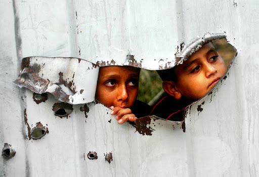 http://lh4.ggpht.com/_bmlAxtAu6A4/SVs8_cY7UeI/AAAAAAAAHHQ/BZISbhIcR-s/Palestinian_kids_are_seen.sized.jpg