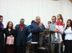 Familia recebendo oração