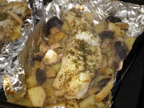 Žuvis folijoje ant bulvių