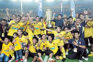 MENTERI Besar Negeri Sembilan, Datuk Seri Mohamad Hasan bersama para pegawai dan pemain meraikan kemenangan menjuarai Piala FA selepas menewaskan Kedah 5-4 menerusi penentuan sepakan penalti di Stadium Nasional, Bukit Jalil, malam tadi.