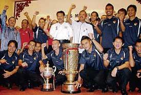Menteri Besar bersama pemain Negeri Sembilan pada majlis meraikan kejayaan menjulang Piala FA, di Seremban, semalam.