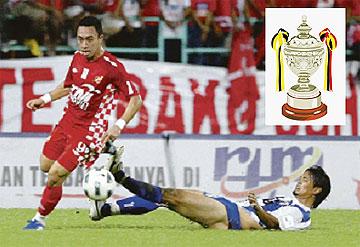 Kelantan menumpaskan KL Plus 4-0 untuk menempah pertemuan dengan Selangor di suku akhir.