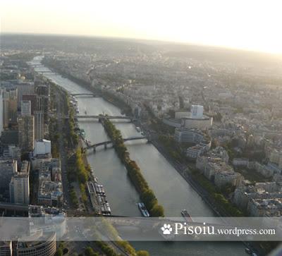 Sena vazuta de la etajul 3 din turnul Eiffel