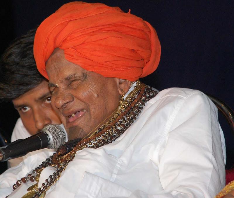 ಮಾನಧನ ಪುಟ್ಟಯ್ಯಜ್ಜ ಸಂಗೀತ ಸಮಾರಂಭವೊಂದರಲ್ಲಿ ತಮ್ಮ ಅನಿಸಿಕೆ ಹಂಚಿಕೊಳ್ಳುತ್ತಿರುವುದು. ಚಿತ್ರ: ಕೇದಾರನಾಥ.