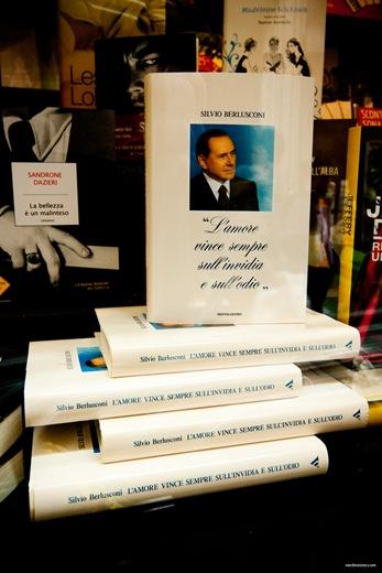 Berlusconi s Buch im Schaufenster eines römischen Buchladens