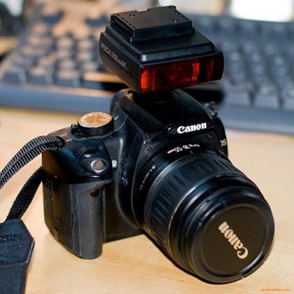 Meine speckige Canon 350D mit dem aufgesetztem Hilfslicht.