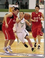 松山高中8號簡肇熠(中)連過二人準備上籃