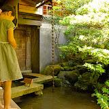 鯉にエサをあげられるそうな、エサを与える幼女。