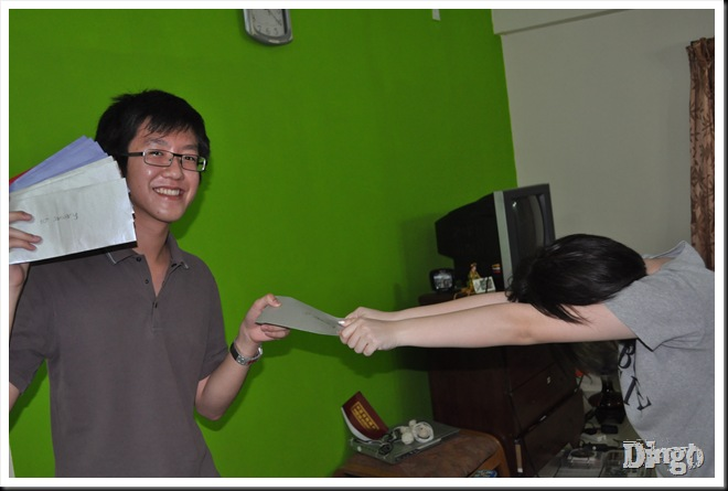 Hong on the left: Weee...happy, I have admirer; Hoong on the right: WTF, SHY....