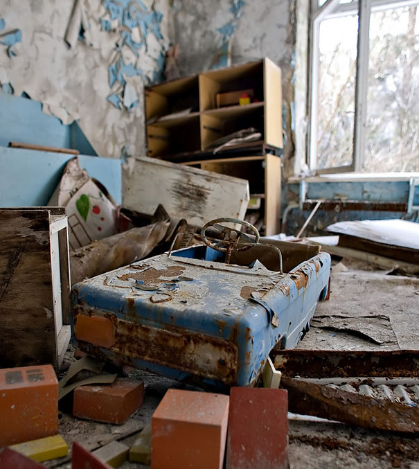 http://lh4.ggpht.com/_dlkAw43cLC0/Sco60dyMXKI/AAAAAAAAECM/H7_1_vuNNKY/s800/Chernobyl-Today-A-Creepy-Story-told-in-Pictures-toys1.jpg