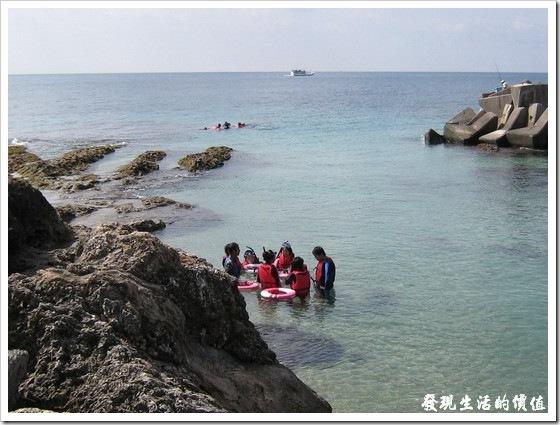 一開始,教練會先在岸邊或是出發前就教導學員如何如浮潛,下水後也會再叮嚀一次,安全第一,有任何的問題要馬上反應。前面這一群正在作浮潛前的最後叮嚀,後面一群已經出發往更深的海洋探索海底生物了。