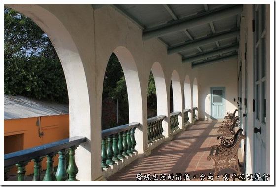 樹屋的旁邊為「英商德記洋行」的舊址,後來變成鹽業辦公室,現在已被重修保護成為「台灣開拓史料蠟像館」。