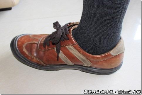 Titan職場活力襪:這雙休閒鞋伴我三年以上了,今天就勉強用它來當配角,主角當然是那隻黑色的活力襪,棋盤式編織的地方就剛好落在腳踝的地方。