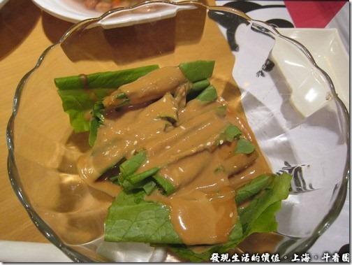 上海斗香園,忘了這叫甚菜名了,在青菜上面淋上芝麻醬,吃起來別有一番風味,可以吃。