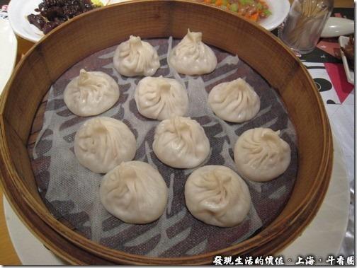 上海斗香園,斗香園招牌小籠RMB22,那個封口的地方乾巴巴的,我只吃它的內餡及下面的皮,其他的都給它吐掉,因為太乾了。個人感覺這小龍表現平平,並沒有什麼特殊之處,內餡不油膩,就像是一般普通的小籠包。