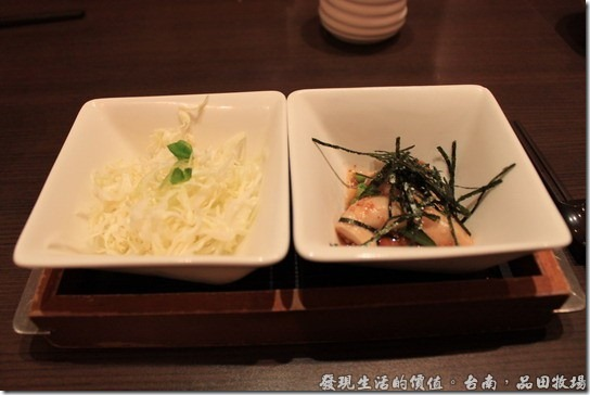 台南品田牧場,前菜會送上一小碟的高麗菜絲及杏鮑菇作成的涼菜。