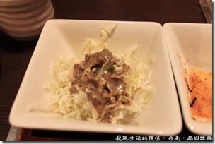 台南品田牧場,高麗菜絲一定要淋上擺在桌上的芝麻醬,味道超級美味,因為小朋友不太敢吃生菜,所以我一個人還吃了兩碟。