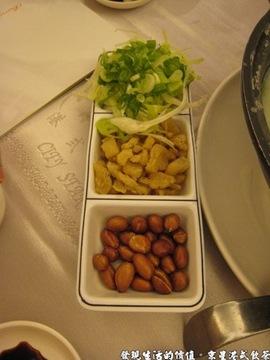 京星港式飲茶,芥蘭鹹蛋粥旁的配菜。