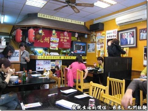 台東九州拉麵,點餐區讓我回想起有一次到日本旅遊時,在一家推車麵攤上吃面的感覺,麵攤車用紅色的布廉圍著,裡面拄著熱騰騰的拉麵。