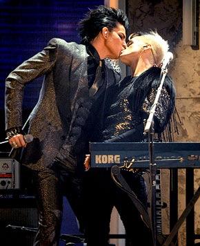 adam-lambert-kissing-drummer