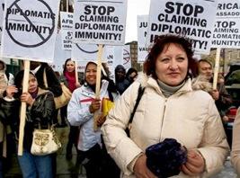 Valentyna Khristonsen e o Grupo de Ação dos Trabalhadores Domésticos protestam do lado de fora da embaixada sul-africana em Dublin