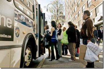 Viajeros subiendo en un autobús de Nueva York