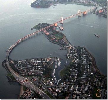 Puente Throgs Neck desde el aire, el Bronx en primer término