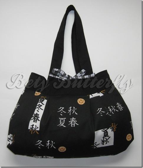 bolsa com letras e símbolos japoneses
