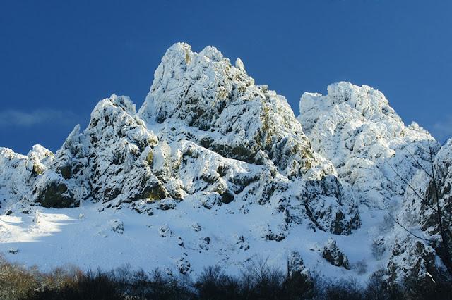 Fotos Gratis Montañas rocosas nevadas