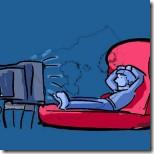 Imagem em fundo azul de um homem sentado em uma poltrona vermelha assistindo televisão