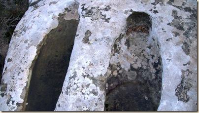 Tumba tallada con la forma de la cabeza y hombros